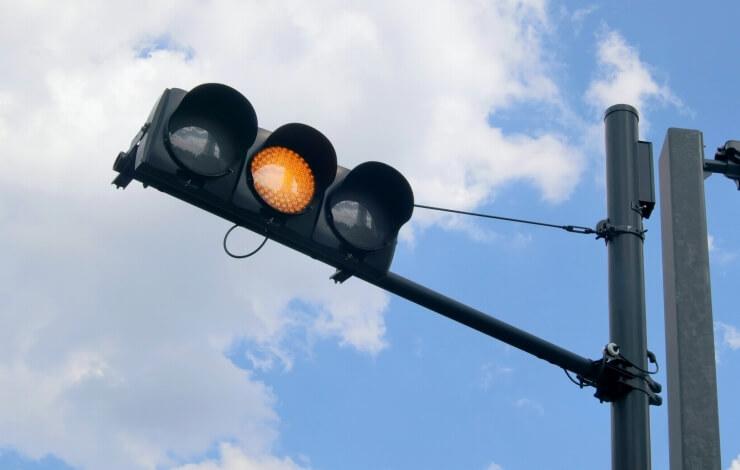 アフィリエイトリンクのボタン化に注意が必要だと警告していることをイメージした黄色信号の画像