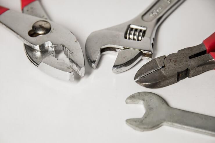 WordPressのルートディレクトリを修正することをイメージした修理工具の画像