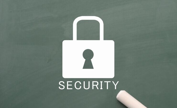 WordPressの不正ログインを防ぐセキュリティ対策をイメージした黒板に書かれた鍵のマーク