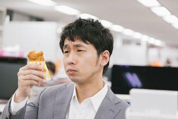 インパクトのあるアイキャッチ例1 - コンビニチキンの美味しさに感動する男性の画像