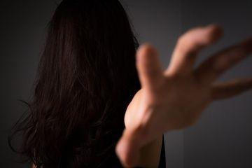 インパクトのあるアイキャッチ例2 - 呪いをかけてくる貞子風の女性の画像