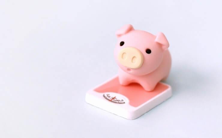 画像のサイズ軽量化をイメージした体重計に乗っている豚の画像