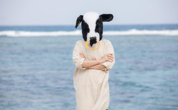 関連コンテンツが解放されない原因はもしかしてアレかもしれない・・・【写真 : 海を背に腕組みして考える不気味な牛女の画像】